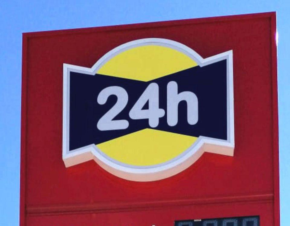 Totem valla publicitaria con digitos a dos caras con logotipo retroiluminado