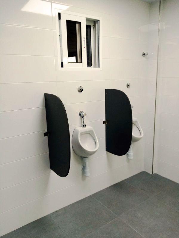 separadores wc urinarios de pared hpl en Murcia - Rótulos Art Design