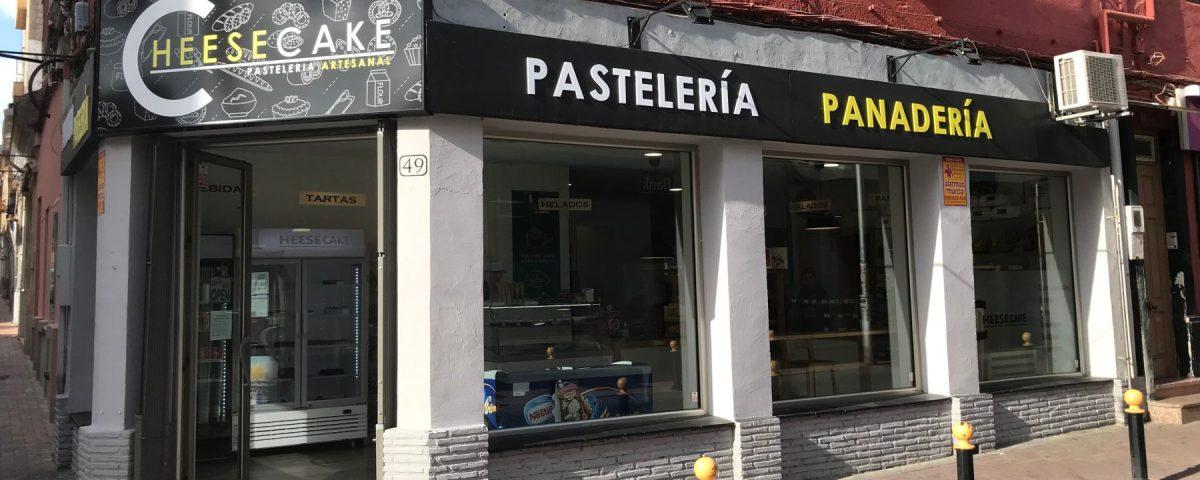 Rótulo luminoso y letras corporeas en PVC para fachada Cheesecake