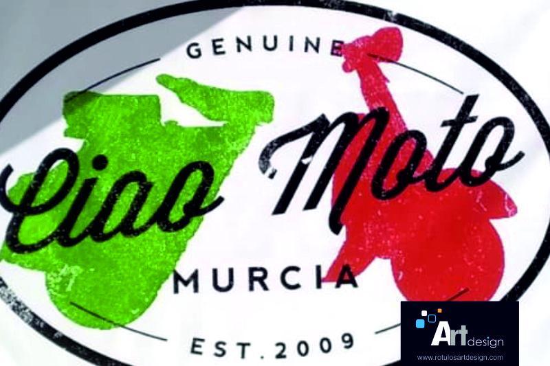 Diseño, impresión y e instalación de lona impresa de gran formato para señalización y publicidad exterior, en fachada de comercio CIAO MOTO MURCIA.